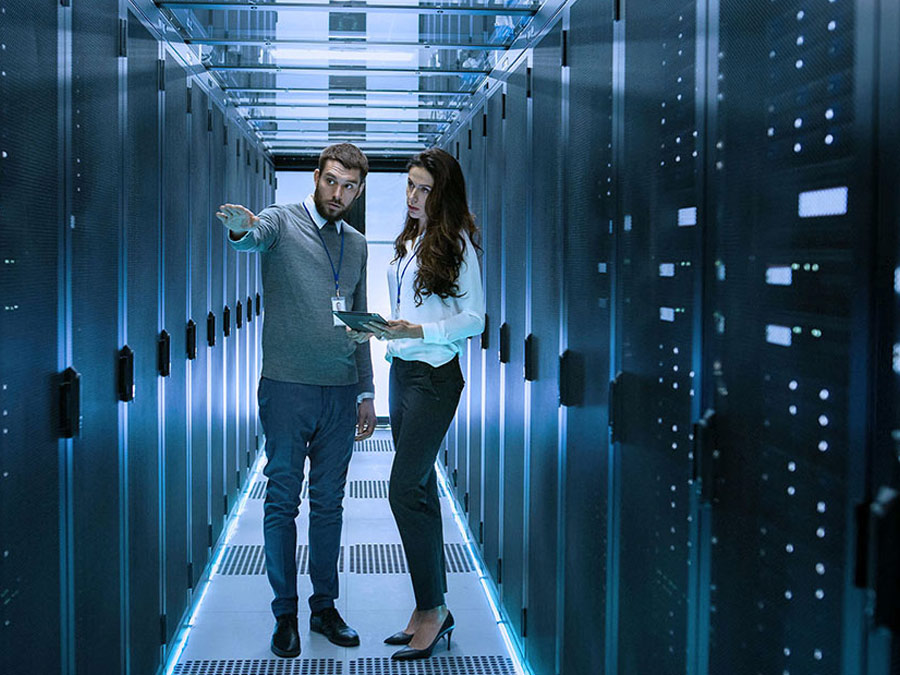 Two IT experts discussing the benefits of cloud backup in data center